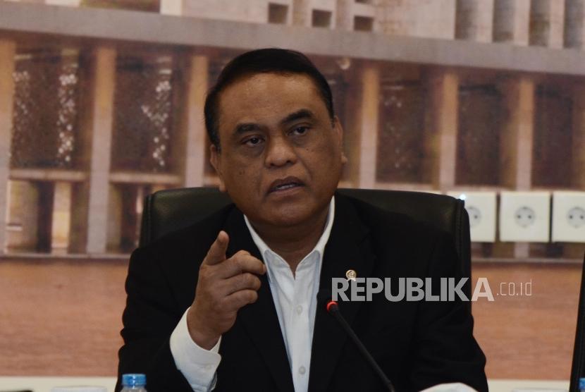 Rapat Pengurus DMI. Wakil Ketua Umum Dewan Masjid Indonesia (DMI) Komjen Pol Syafruddin (tengah) saat memimpin rapat di kantor pusat DMI di Jakarta Pusat, Rabu (10/7).