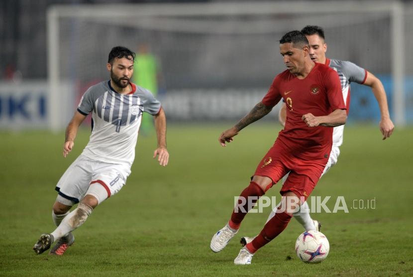 Penyerang Timna Indonesia Alberto Da Costa (tengah) dibayangi kedua Pesepakbola Filipina saat menggiring bola pada Pertandingan Grup B Piala AFF Suzuki Cup di Stadiun Gelora Bung Karno, Jakarta, Ahad (25/11).
