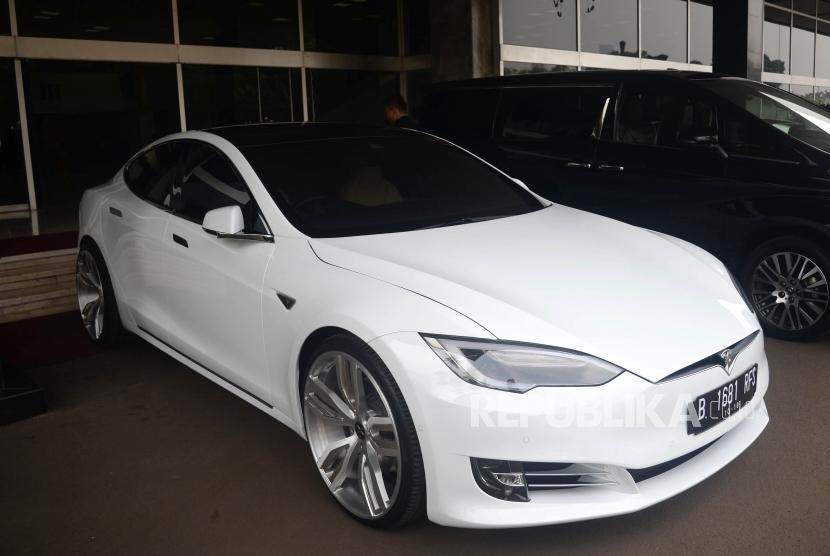 Mobil listrik Tesla yang terparkir didepan Gedung Nusantara III, Kompleks Parlemen, Jakarta, Selasa (3/7).