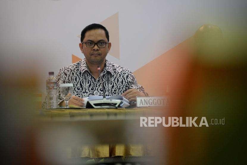 Anggota KPU, Viryan  dalam acara rapat pleno terbuka  Rekapitulasi Daftar Pemilih Tetap untuk pemilu 2019 di  Kantor KPU, Jakarta, Rabu (9/5).