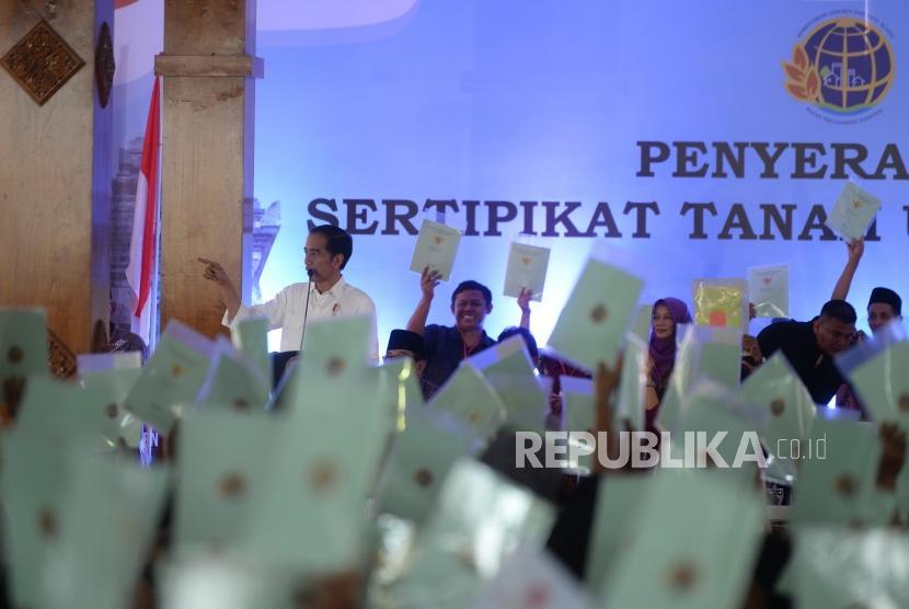 President Joko Widodo hands over land certificate to Blitar residents, Blitar, East Java, Thursday (Jan 3).