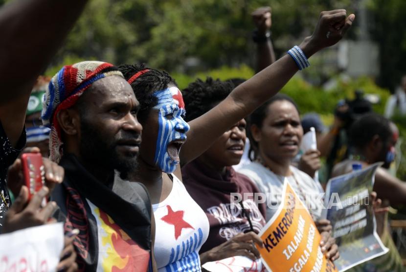 Sejumlah massa yang tergabung dalam Mahasiswa Papua Anti Rasisme, Kapitalisme, Kolonialisme dan Militerisme menggelar unjuk rasa di Jalan Merdeka Utara, Jakarta, Kamis (22/8).