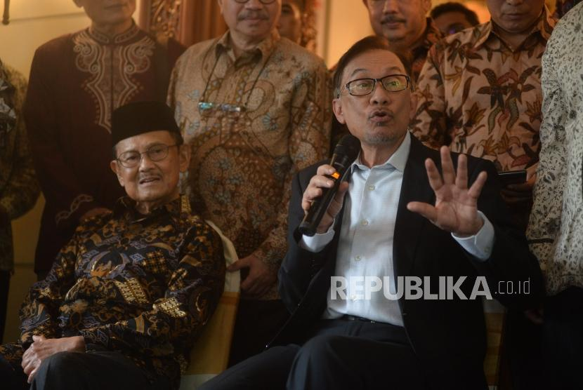 Presiden ketiga RI BJ Habibie bersama dengan mantan Wakil Perdana Menteri Malaysia Anwar Ibrahim memberikan keterangan seusai melakukan pertemuan di Jakarta, Ahad (20/5).
