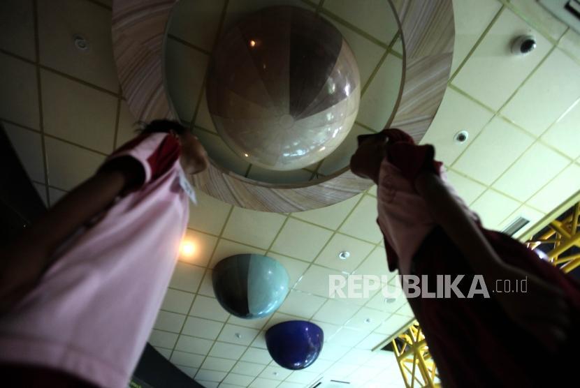 Sejumlah siswa Sekolah Dasar Peninggalan 04 Ciledug Tangerang (SD) mengamati tata surya saat berkunjung ke Planetarium Jakarta, Kamis (8/11).