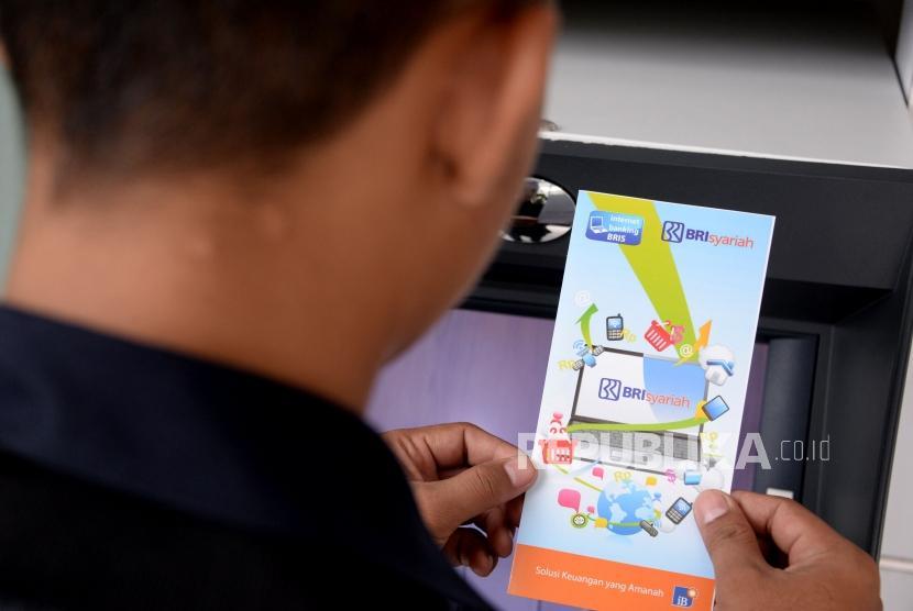 BRI Syariah. Nasabah melakukan transaksi melalui ATM Bank BRI Syariah Jakarta, Ahad (3/3).