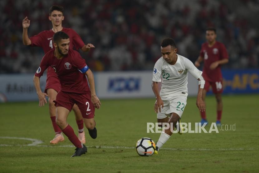 Gelandang Tim Sepak Bola Indonesia  Todd Rivaldo Ferre  menggiring bola saat melawan Qatar dalam pertandingan grup a Piala AFC U-19 di Stadion Utama Gelora Bung Karno, Jakarta, Ahad (21/10).