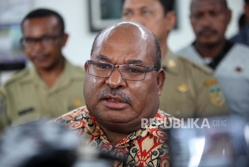 Gubernur Papua Lukas Enembe memberikan keterangan kepada media di Bandara Sentani, Jayapura, Papua, Rabu (15/11).