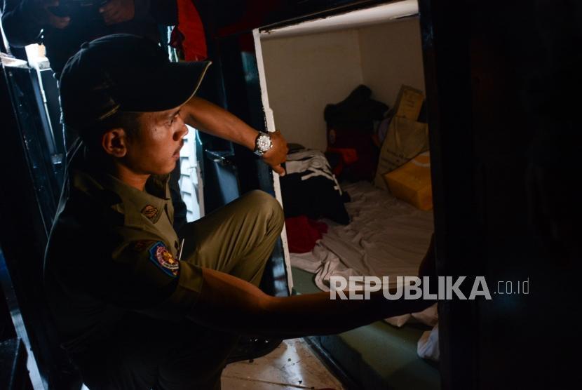 Satuan Polisi Pamong Praja (Satpol PP) melakukan pengecekan ke bagian dalam bangunan indekos ala sleepbox di Jalan Rawa Selatan V, Johar Baru, Jakarta Pusat, Selasa (3/9/2019).