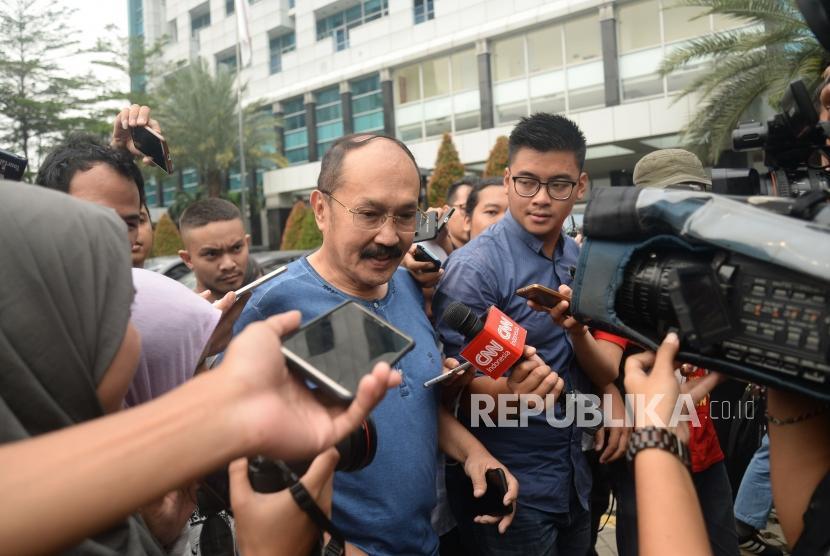 Pengacara Setya Novanto, Fredrich Yuniadi menjawab pertanyaan wartawan di RSCM Kencana, Jakarta, Ahad (19/11).