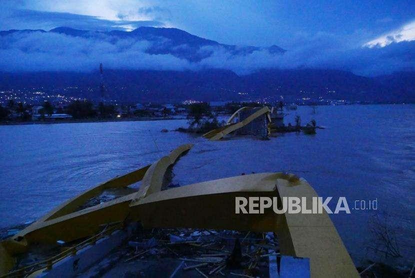 Jembatan Ponulele atau Jembatan Kuning yang terletak di pantai Talise, Palu Sulawesi Tengah, nampak rubuh, Kamis (11/10).