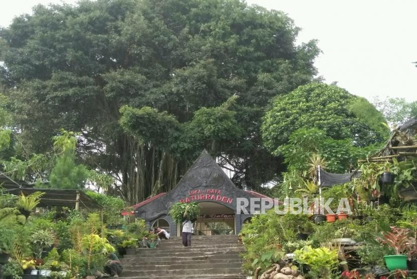 Suasana pedagang kaki lima yang menjajakan dagangannya di sekitaran Lokawisata Baturraden di Kecamatan Baturraden, Kabupaten Banyumas, Jawa Tengah. Rabu (23/12).