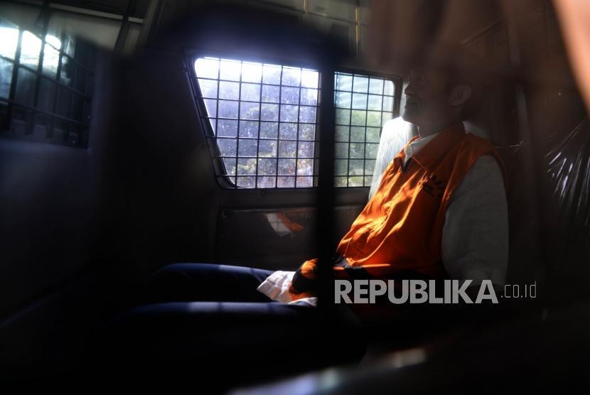Eks petinggi Lippo Group Eddy Sindoro   berada dalam mobil tahanan usai menjalani pemeriksaan di Komisi Pemberantasan Kosrupi (KPK), Jakarta, Senin (22/10).