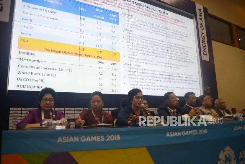 Menteri Keuangan, Sri Mulyani bersama menteri kabinet kerja periode 2014-2019 melakukan jumpa pers terkait RUU APBN Tahun  Anggaran 2019  dan Nota Neuangan di Main Press Center, JCC Senaya, Jakarta, Kamis (16/8).