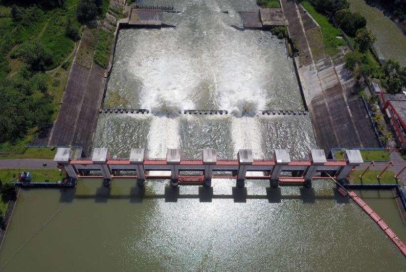 Foto aerial bendungan pembangkit listrik tenaga air (PLTA) Serut berkapasitas maksimal 54 megawatt di Blitar, Jawa Timur, Sabtu (24/3).