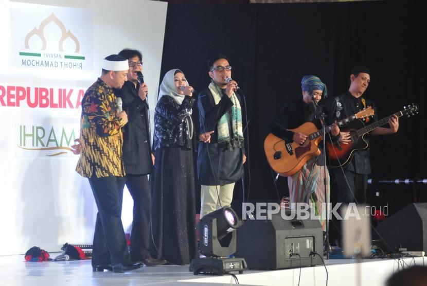 Ustadz Erick Yusuf (kiri) bersama Grup Nasyid IHAQI membawakan lagu saat memeriahkan Anugerah Syariah Republika (ASR) 2017 di Jakarta, Rabu (6/12) malam.