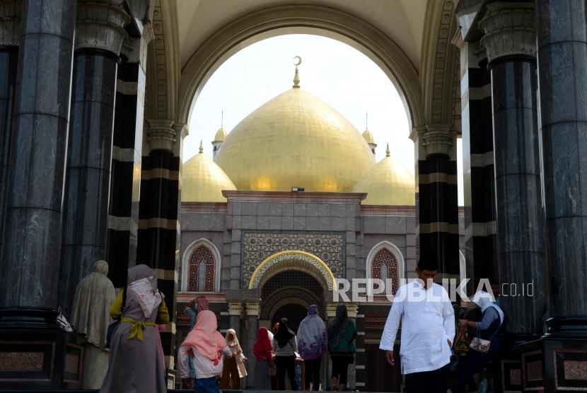 Sejumlah wisatawan saat mengunjungi Masjid Dian Al Mahri atau Masjid Kubah Emas di Depok, Jawa Barat, Jumat (7/6).