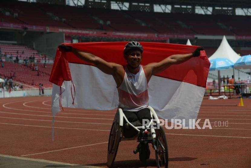 Aripin Jaenal celebrate his achievement in 200 meter man wheelchair (T54) in Asian Para Games 2018 at Gelora Bung Karno (GBK) Main Stadium, Jakarta, Friday (Oct 12).