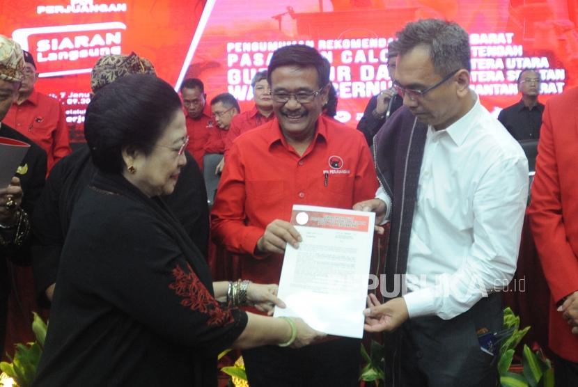 Ketua Umum PDIP Megawati Soekarnoputri  memberikan surat rekomendasi kepada    Calon Gubernur dan Wakil Gubernur Sumatera Utara Djarot Saiful Hidayat  dan Sihar Sitorus di kantor DPP PDIP, Lenteng Agung, Jakarta Selatan, Ahad (7/1).