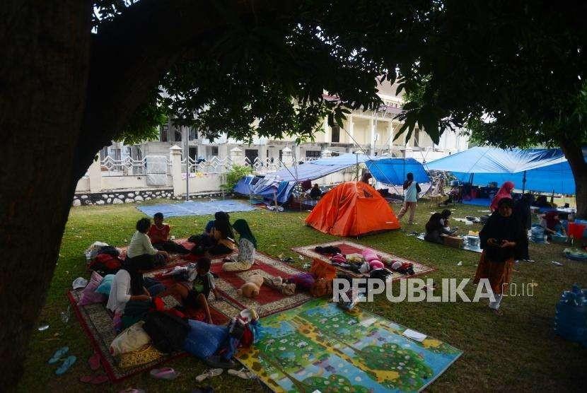 Sejumlah pengungsi korban bencana alam gempa bumi dan tsunami saat beraktivitas di Posko Pengungsian Rumah Dinas Gubernur, Palu, Sulawesi Selatan, Rabu (3/10).