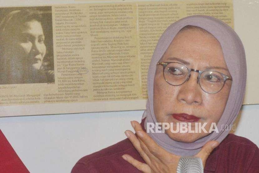 Eskpresi aktivis kemanusiaan, Ratna Sarumpaet, memberikan keterangan kepada media terkait pemberitaan penganiayaan terhadap dirinya di kediaman Ratna Sarumpaet, di Jakarta, Rabu (3/10).