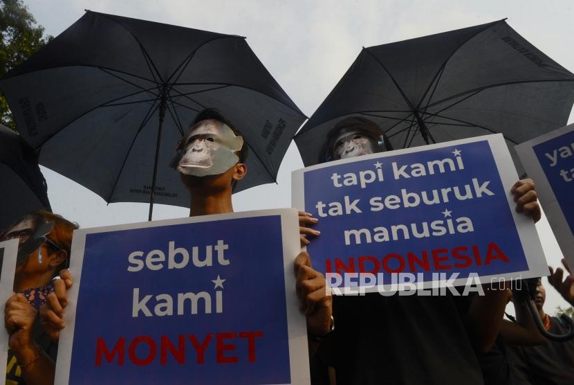 Sejumlah massa Aksi Kamisan dan Mahasiswa Papua Anti Rasisme, Kapitalisme, Kolonialisme dan Militerisme menggelar unjuk rasa di Jalan Merdeka Utara, Jakarta.