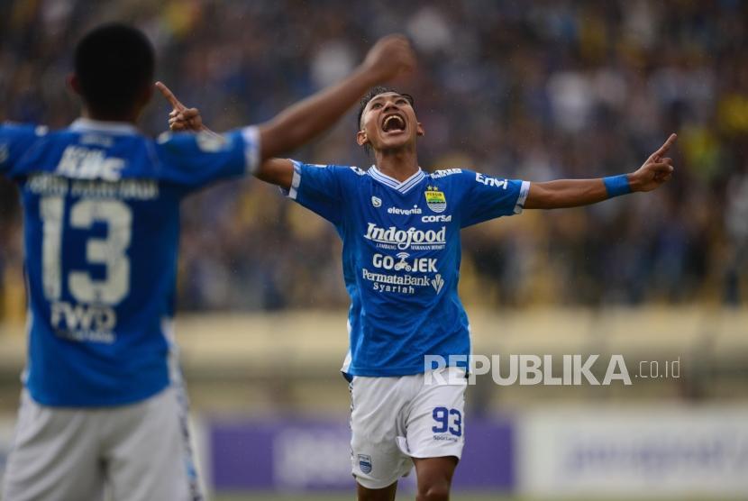 Selebrasi Gelandang Persib U19 Beckham Putra Nugraha setelah mencetak gol pada debut bersama tim senior pada pertandingan leg kedua Piala Indonesia babak 32 besar antara Persib Bandung melawan Persiwa Wamena di Stadion si Jalak Harupat, Soreang, Senin (11/2).