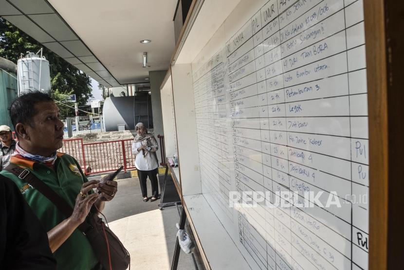 Korban Kerusuhan di Rawat di RSUD Tarakan. Sejumlah keluarga korban kerusuhan di Jatibaru  melihat daftar pasien rawat inap di RSUD Tarakan,Jakarta Pusat, Selasa (22/5).