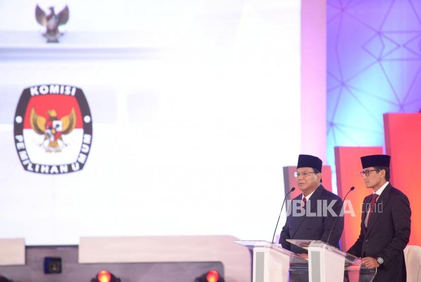 Pasangan Capres dan Cawapres nomor urut 02 Prabowo Subianto dan Sandiaga Uno saat debat pertama pasangan calon presiden dan wakil presiden pemilu 2019 di Jakarta, Kamis (17/1).