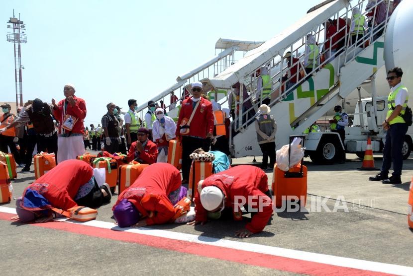 Kedatangan Jamaah Haji Koter Pertama. Jemaah haji melakukan sujud syukur setibanya di Bandara Adi Soemarmo, Boyolali, Jawa Tengah, Ahad (18/8/2019).