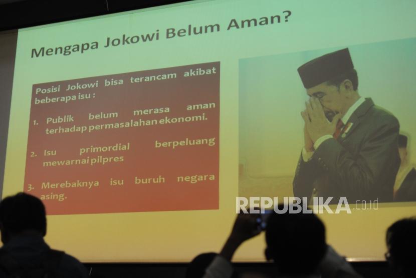 Seorang jurnalis memotret persentasi   terkait hasil survei menjelang Pilpres 2019 di Graha Dua Rajawali, Jakarta, Jumat (2/2).