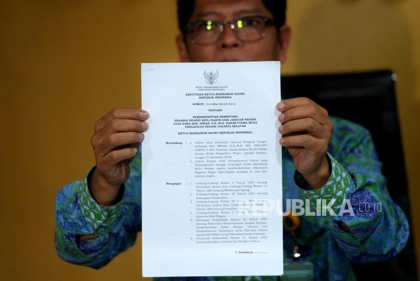 Surat pemberhentian hakim PN Jaksel yang tertangkap oleh KPK. (Ilustrasi)