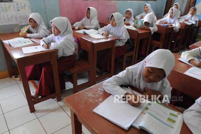 Sejumlah siswa saat belajar di SDN Hambalang 4, Kabupaten Bogor, Jawa Barat, Rabu (21/3).