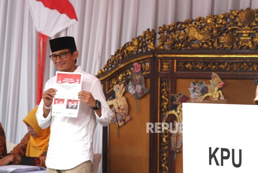 Sandiaga Uno Menggunakan Hak Pilih. Calon Wakil Presiden Nomor 02, Sandiaga Uno menggunakan hak pilih pada Pemilu 2019 di TPS 02, Kebayoran Baru, Jakarta, Rabu (17/4/2019).