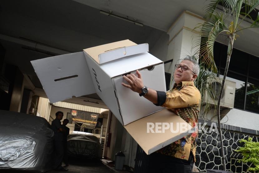 Ketua KPU  Arief Budiman memberikan penjelasan dan pengujian kotak suara berbahan duplek/ kardus di  kantor KPU, Jakarta, Senin (17/12).