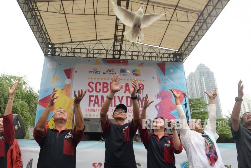 Founder Artha Graha Peduli Tomy Winata (kiri), Menteri Kelautan dan Perikanan, Susi Pudjiastuti (kanan) melepaskan burung dara  dalam acara SCBD-AGP Family Day di kawasan SCBD, Jakarta, Ahad (25/11).