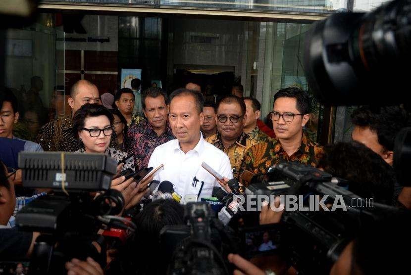 Menteri Sosial, Agus Gumiwang (tengah) bersama  Wakil Ketua KPK Basaria Panjaitan (kiri) dan Juru Bicara KPK, Febridiansyah(kanan)  memberikan keterangan kepada media di  Komisi Pemberantasan Korupsi (KPK), Jakarta, Jumat (7/9).