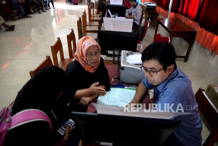 Sistem Zonasi Penerimaan Siswa  Baru. Wali murid mengisi data calon siswa di SMAN 8 Depok, Jawa Barat, Kamis (7/6).