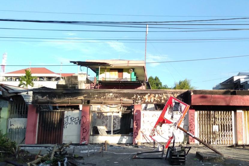Kondisi bangunan yang terbakar pascakerusuhan di Manokwari, Papua Barat, Senin (19/02/2019).