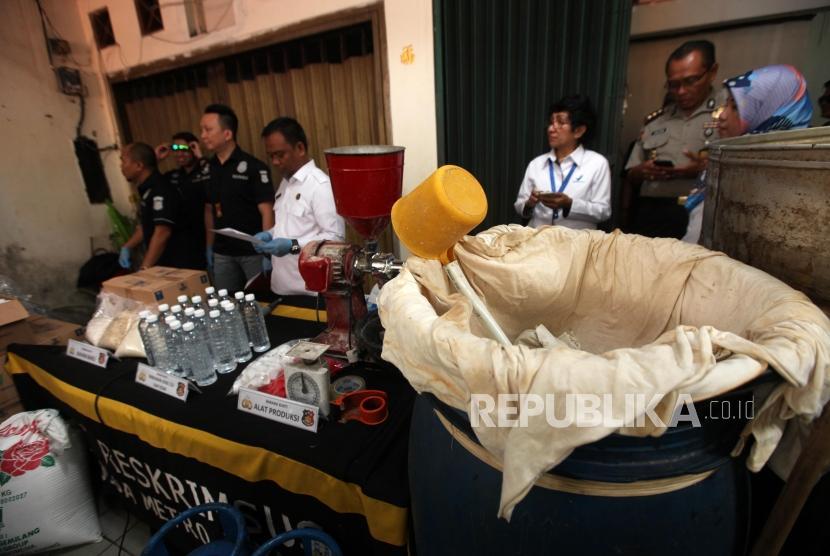 Barang bukti minuman beralkohol (CIU) dan alat produksi yang diperlihatkan saat rilis pengungkapan industri rumahan ciu tanpa izin edar dari BPOM RI di kawasan Pekojan, Jakarta, Kamis (3/5).
