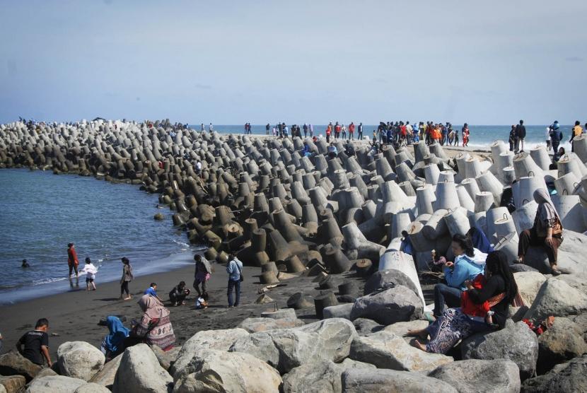 Sejumlah wisatawan menikmati panorama Pantai Glagah, Kulon Progo, Yogyakarta, Kamis (31/7).