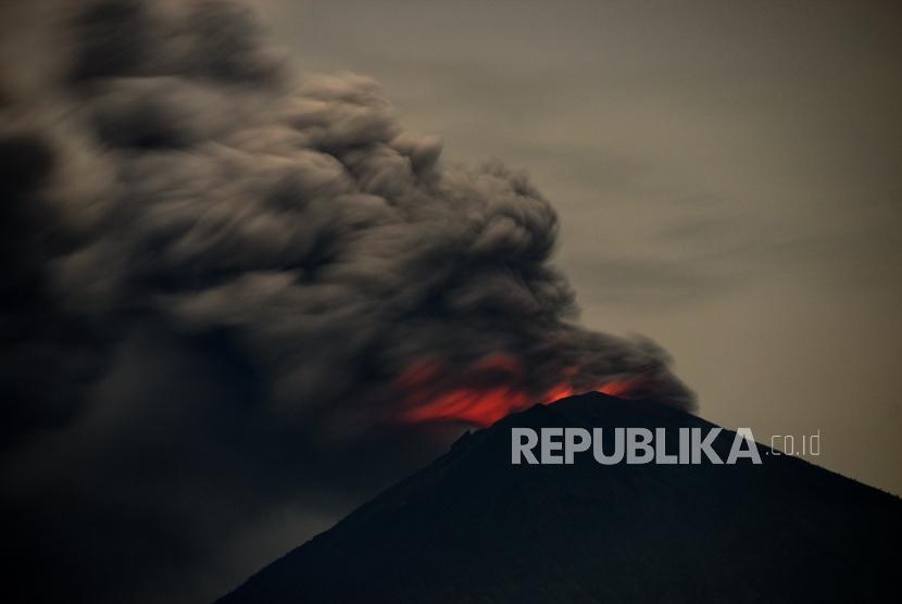 Erupsi Gunung Agung. Erupsi magmatik Gunung Agung terpantau dari kawasan Amed, Bali, Selasa (28/11).