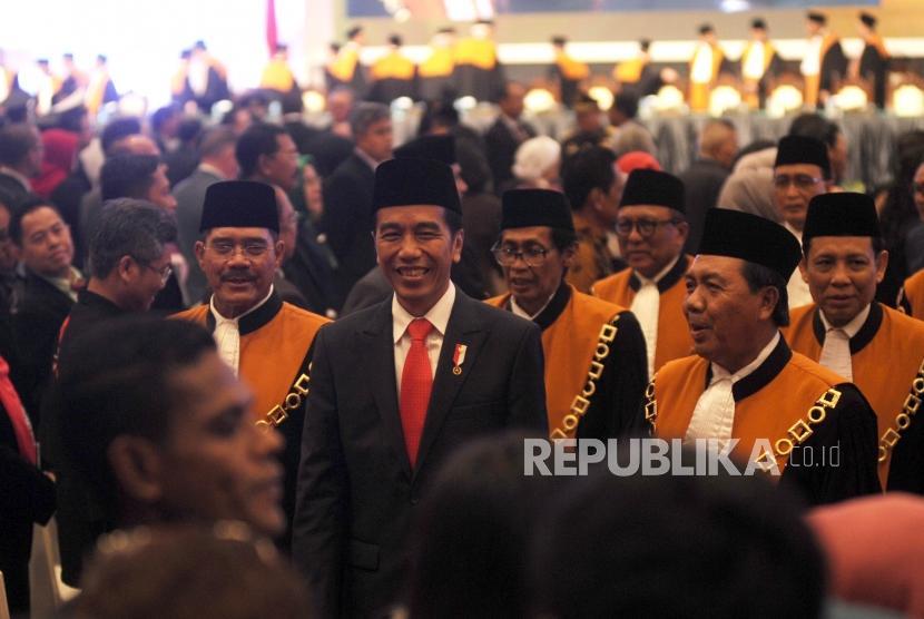 (Kiri ke kanan) Ketua Mahkamah Agung (MA  Hatta Ali, Presiden Republik Indonesia Joko Widodo, Wakil Ketua Mahkamah Agung (MA) Bidang Yudisial Agung Syarifuddin berjalan bersama usai menghadiri acara laporan tahunan Mahkamah Agung (MA) di JCC, Jakarta, Kamis (1/3).