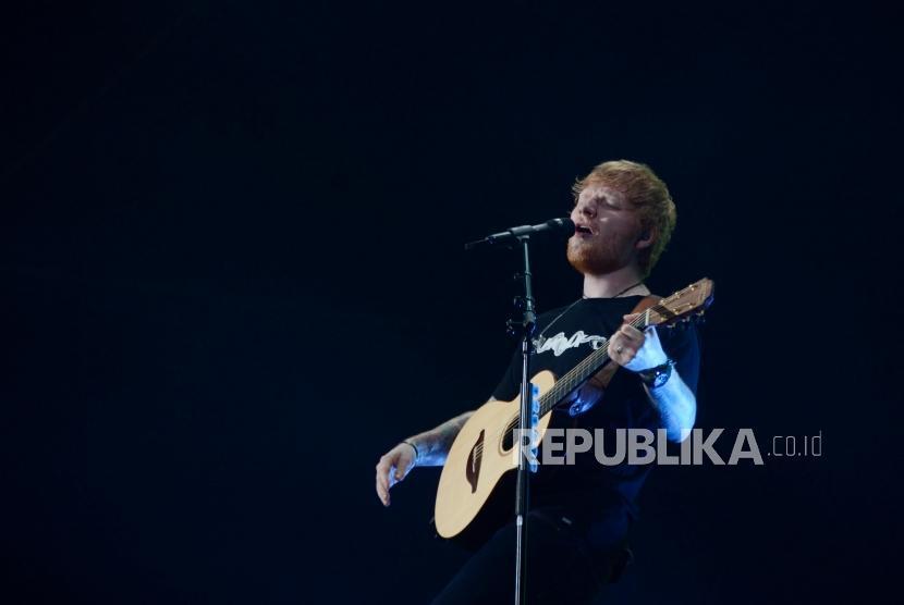 Penyanyi asal Inggris, Ed Sheraan saat tampil pada konser bertajuk Ed Sheeran Divide World Tour 2019 di Stadion Utama Gelora Bung Karno, Jakarta, Jumat (3/5).