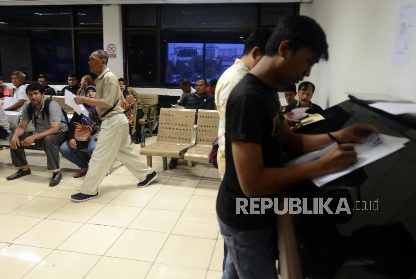 Warga menunggu untuk menyelesaikan pembayaran pajak kendaraan bermotor di Kantor Samsat Polda Metro Jaya, Jakarta, Jumat (16/11).