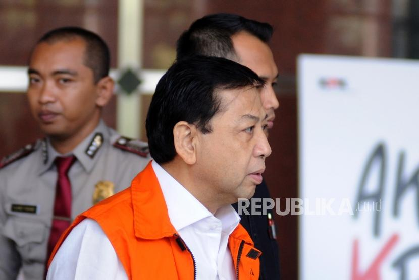 Tersangka kasus korupsi pengadaan proyek KTP Elektronik Setya Novanto berjalan menuju mobil usai melakukan pemeriksaan di Gedung KPK, Jakarta, Selasa (6/12).