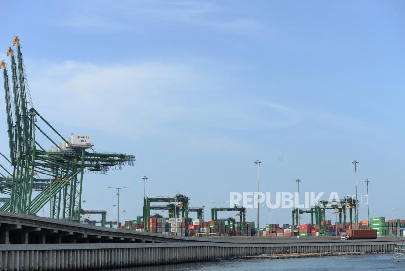 Neraca Perdagangan April Defisit. Truk membawa peti kemas dari Pelabuhan New Priok Kalibaru, Jakarta. ilustrasi