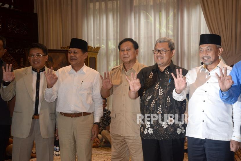 Ketua Umum Partai Gerindra Prabowo Subianto (tengah) berfoto bersama Presiden PKS Sohibul Iman (kiri), Gubernur Jawa Barat Ahmad Heryawan (kedua kanan) serta Pasangan Calon Gubernur Jawa Barat dari Partai Koalisi Asyik, Sudrajat (kedua kiri) - Ahmad Syaikhu (kanan) saat melakukan pertemuan di Jakarta, Kamis (1/3).