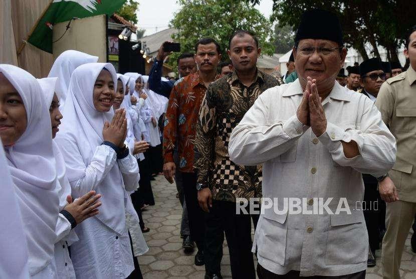 Calon Presiden nomor urut 02 Prabowo Subianto saat menghadiri Rakernas Lembaga Dakwah Islam Indonesia (LDII), di Pondok Pesantren Minhaajurrosyidin, Jakarta, Kamis (11/10).
