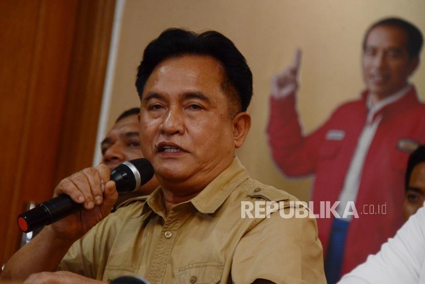 Ketua Tim Kuasa Hukum TKN Joko Widodo-Maruf Amin, Yusril Ihza Mahendra memberikan keterangan saat konferensi pers di Jakarta, Jumat (28/6).