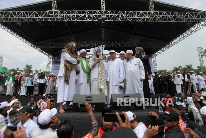 Habib Bahar bin Smith delivers his speech during the 212 Alumni Reunion Rally, Monas square, Jakarta, Sunday (Dec 2).